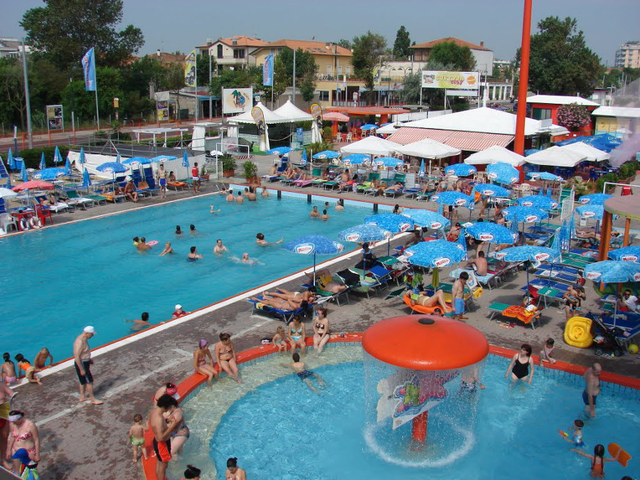 Hotel a rimini con ingresso al parco acquatico beach for Piscina riccione