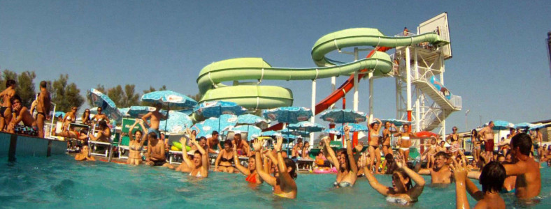 Hotel a Rimini con ingresso al parco acquatico Beach Village con piscina e scivoli ideale per famiglie e bambini Rimini