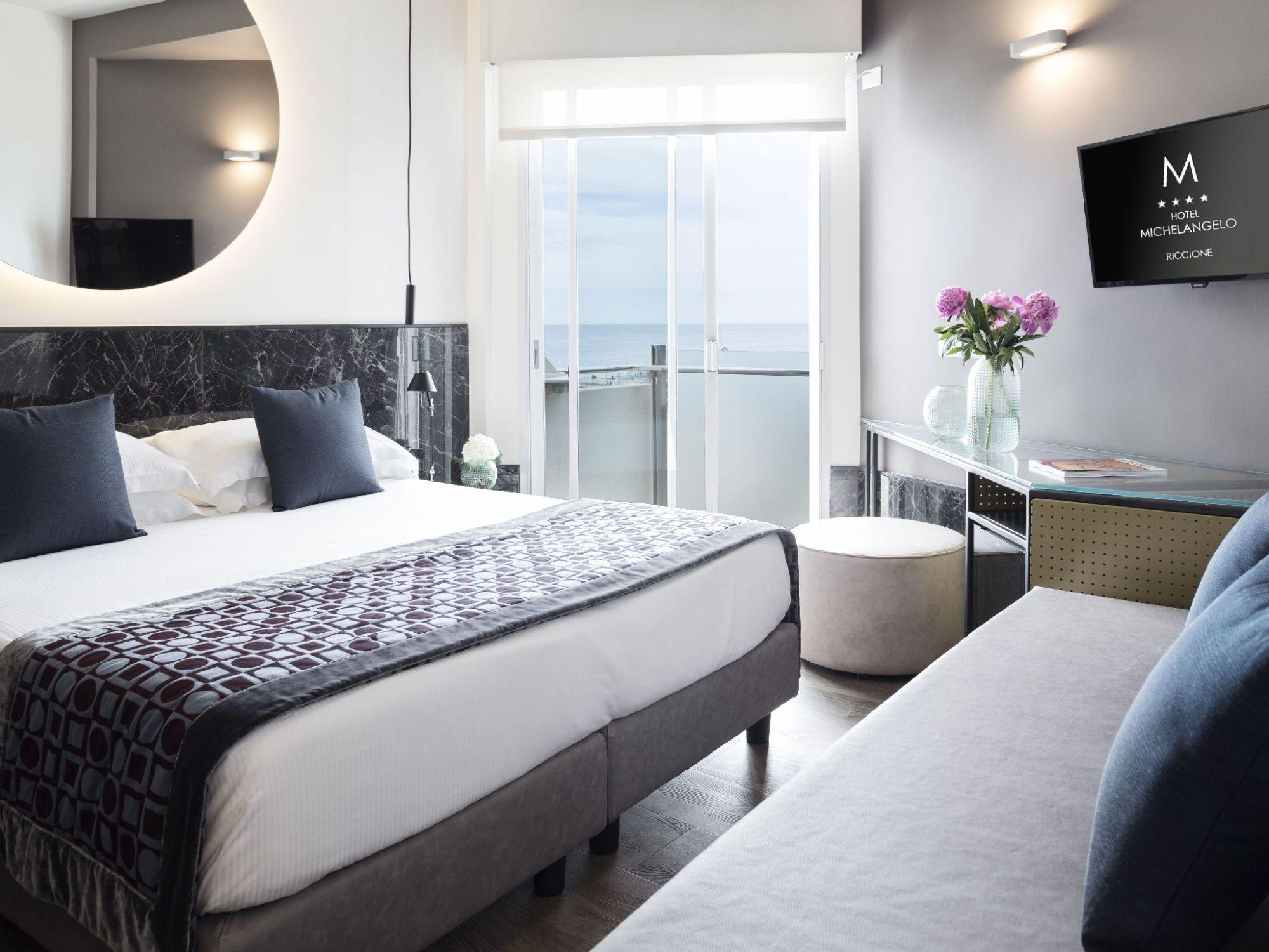 Camera design all\'ultimo piano a Riccione con balcone vista mare e ...